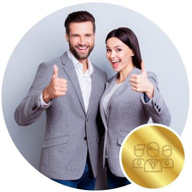 un hombre y una mujer haciendo una señal de ok